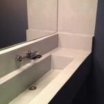bagno con lavabo in microcemento