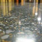 pavimento in cemento levigato scuro