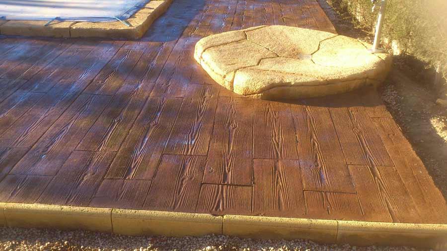 Foto cemento stampato pavimento moderno for Bordo piscina legno
