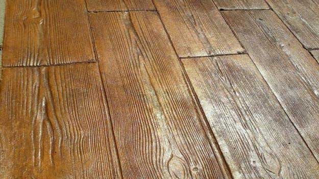 Pavimento cemento stampato effetto legno resistente ideale per