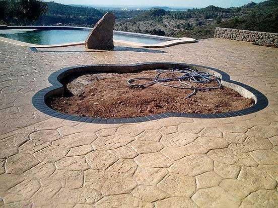 Foto cemento stampato pavimento moderno for Bordi per aiuole da giardino