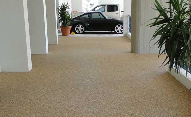 Pavimento effetto sasso lavato continuo senza fughe cortile