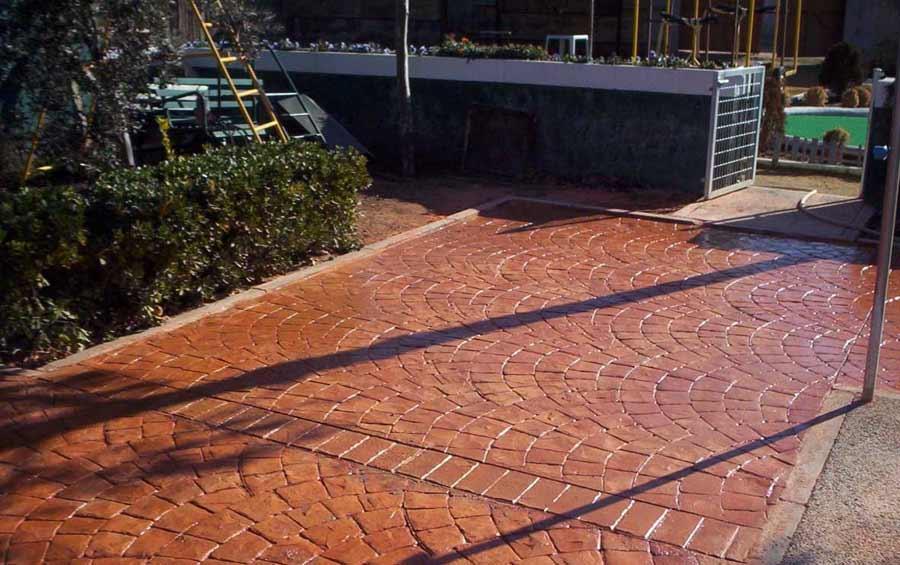 Foto cemento stampato pavimento moderno for Pavimenti per esterni carrabili offerte