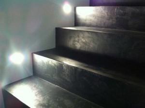 Pavimento microcemento grigio fumo gradinata scala resina