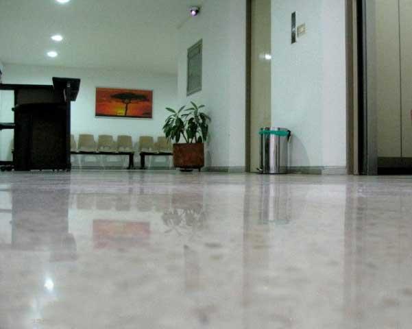 Pavimenti in microcemento con cemento moderno pavimento moderno - Pavimento interno moderno ...