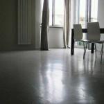 pavimento materico grigio in microcemento