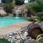 piscina con cascata in roccia artificiale