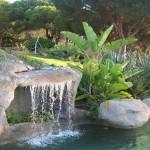 piscina effetto naturale con cascata in roccia