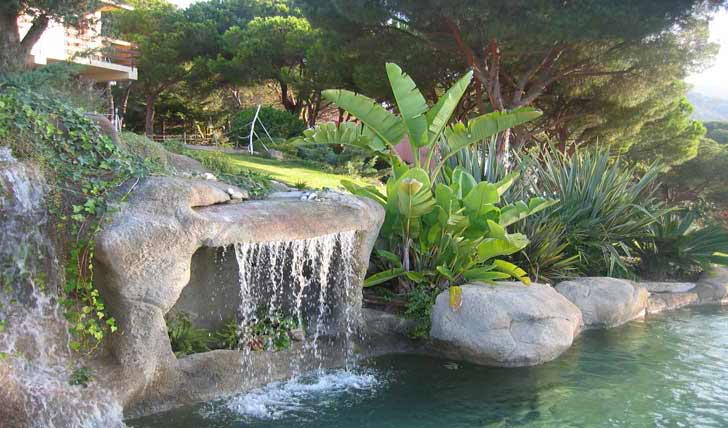 Immagini piscina effetto spiaggia naturale e in roccia for Immagini di laghetti artificiali