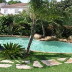 piscina ad effetto naturale erbetta