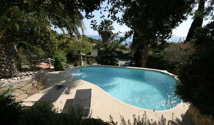 Piscina effetto spiaggia naturale pavimento moderno for Rivestimento piscina