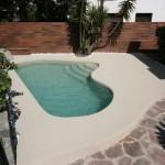 piscina con bordo effetto spiaggia