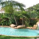 piscina con bordi in roccia