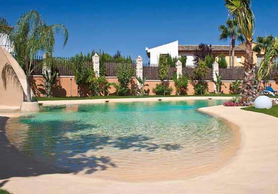 piscina effetto spiaggia naturale
