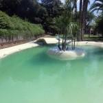piscina con piccola isola effetto spiaggia caraibica