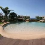 piscina effetto spiaggia caraibica
