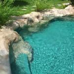 piscina in roccia artificiale con bordo a immersione