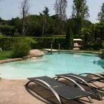 piscina aspetto naturale tipo roccia