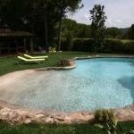 piscina con bordo in roccia artificiale