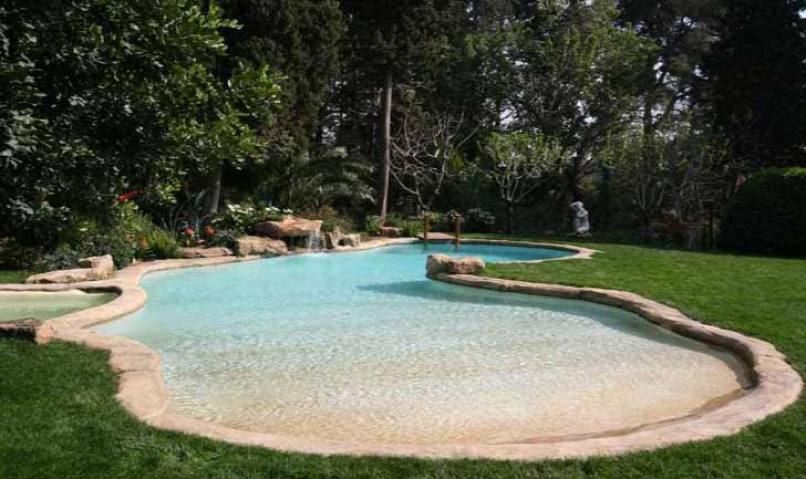 Immagini piscina effetto spiaggia naturale e in roccia for Laghetto naturale