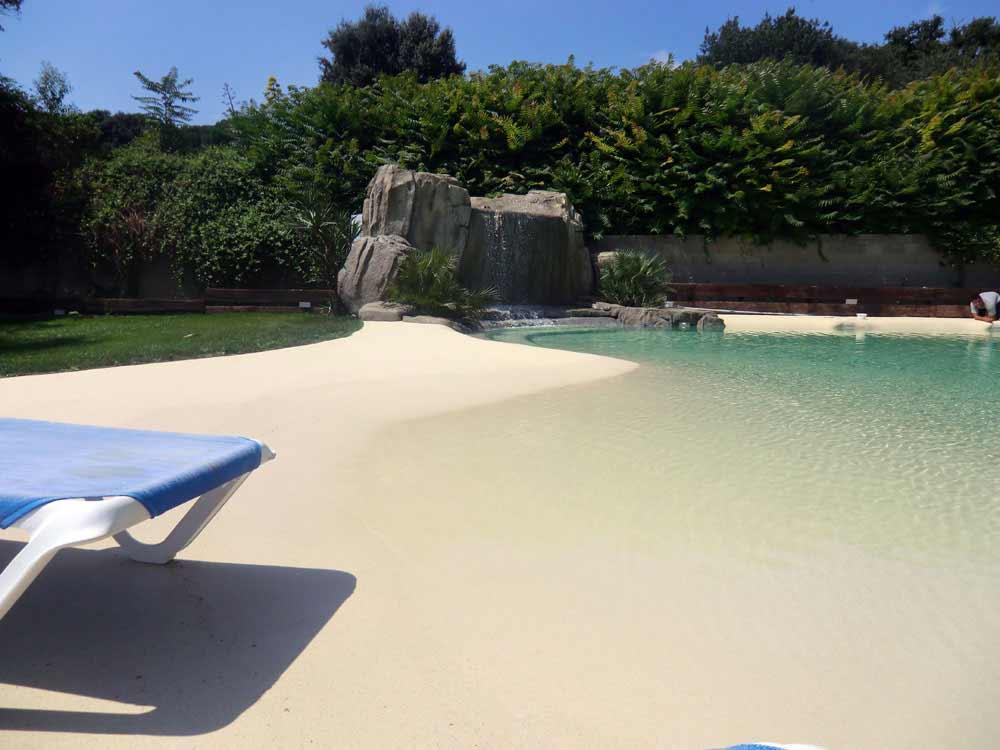 Immagini piscina effetto spiaggia naturale e in roccia for Piscina naturale