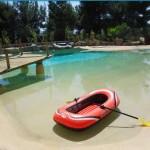 piscina effetto spiaggia con riva