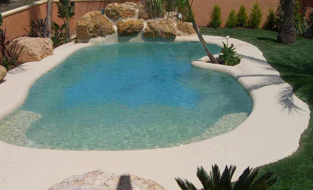 Piscina effetto spiaggia naturale pavimento moderno for Sabbia da giardino
