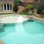piscina con roccia ad effetto naturale