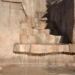 gradini piscina in roccia artificiale con ruscello