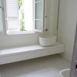 pavimento e rivestimento bagno in resina bianca