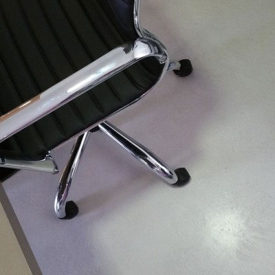 pavimento in resina spatolata grigio chiaro