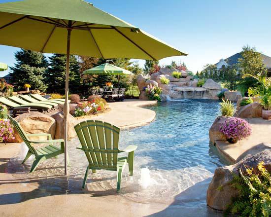 rivestimento piscina forma irregolare stile laghetto artificiale