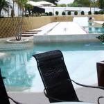 piscina effetto laghetto design moderno