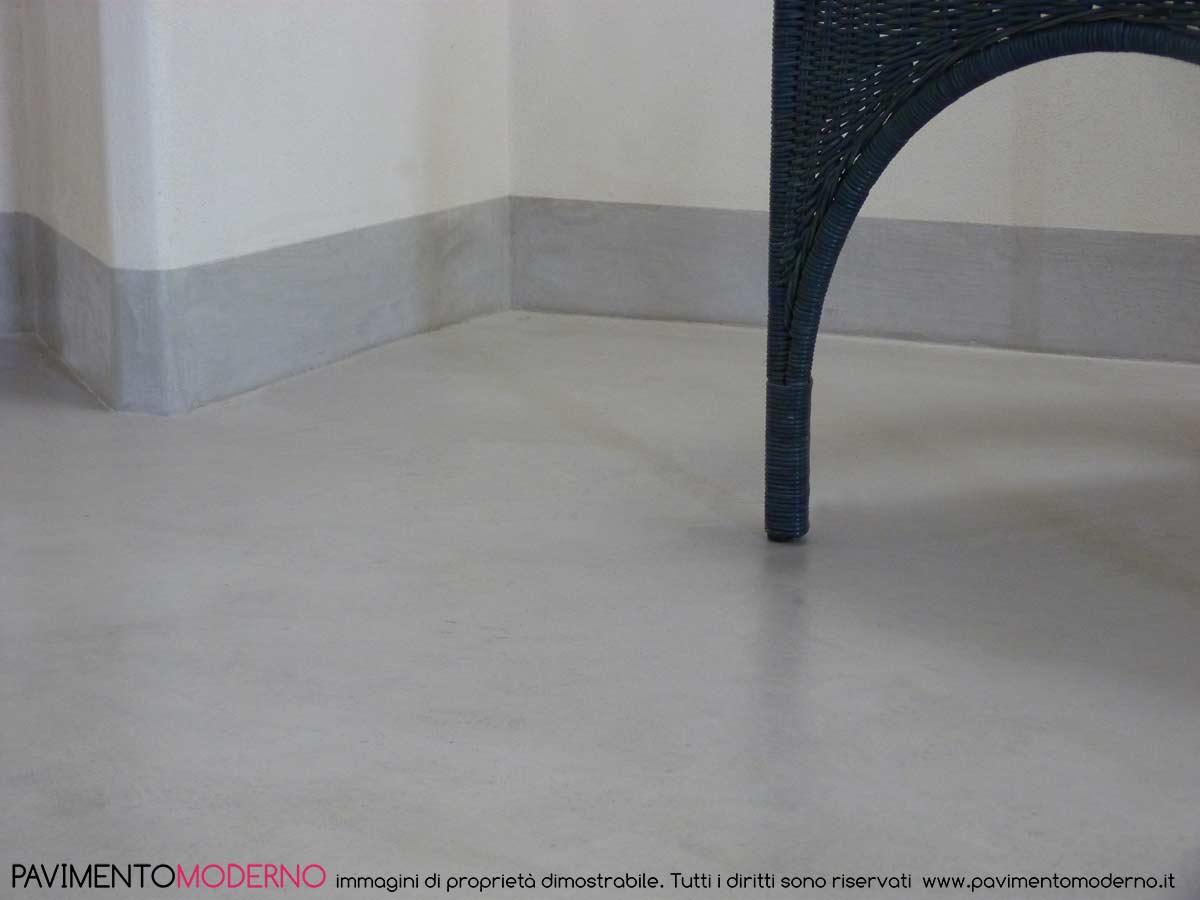 pavimento e battiscopa continui in tadelakt moderno