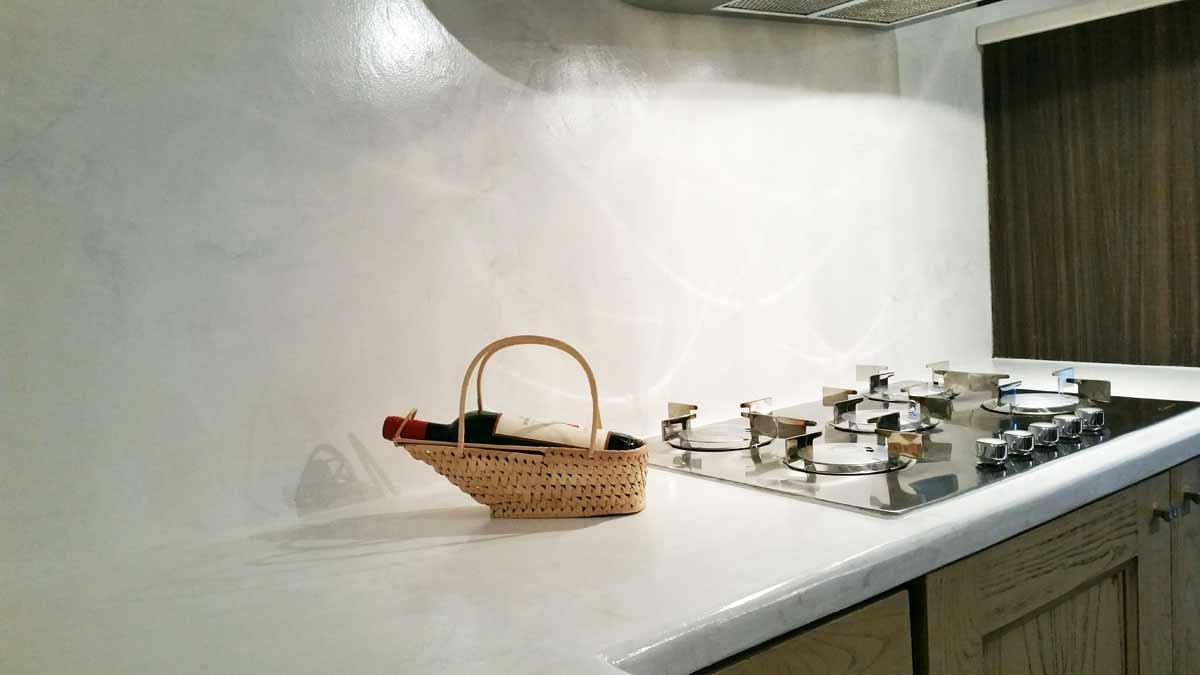 Cucina senza piastrelle alternativa alle piastrelle in cucina - Alternativa piastrelle cucina ...