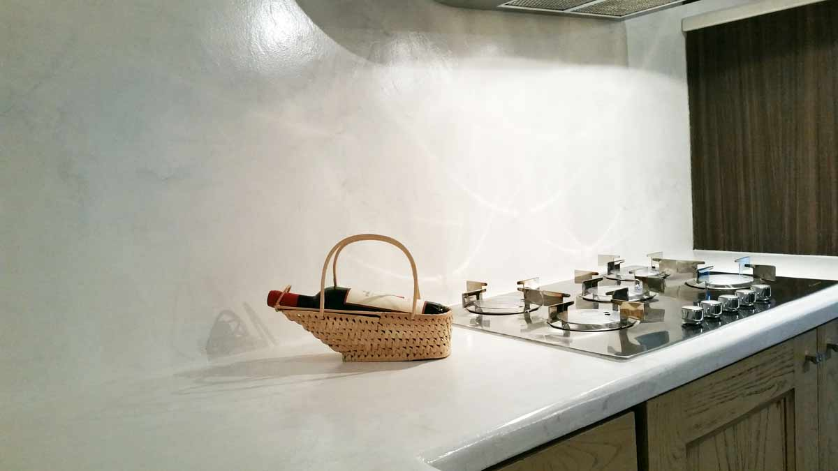 Top Cucina In Resina cucina senza piastrelle: alternativa alle piastrelle in cucina