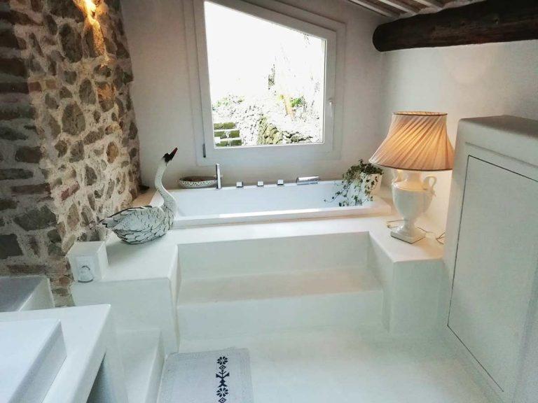 bagni in resina con gradini bianco opaco